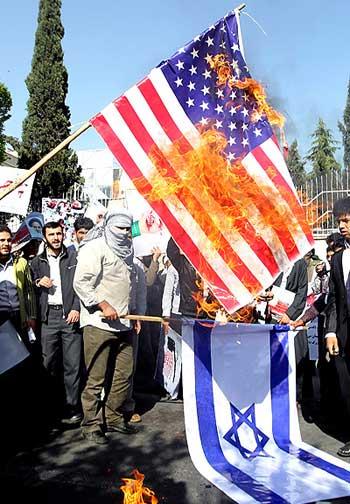 هر ساله بسیجیان ضد ایرانی و بیگانه صفت در مقابل سفارت انگلستان و یا دیگر نقاط تهران و شهرستان ها گرد هم آمده و پرچم کشورهایی چون آمریکا و اسرائیل را به آتش می کشند. اینگونه کردار ها تنها مایه شرمندگی و خجالت ایرانیان در سرتاسر دنیا می باشند.