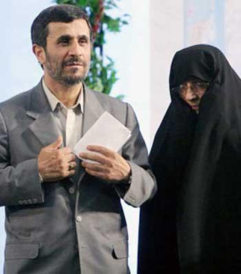 خانم رجبی قربان صدقه گوی احمدی نژاد در کنار مولا و آقای خود دیده می شود. آخر  وظیفه یک ضعیفه اسلامی چیست؟.  روزها در آشپزخانه کار کردن، و شبها بستر آقای خود را گرم نمودن. البته چاپلوسی و گنده گویی برای کسب امتیازات هم می تواند از مشخصات این گونه افراد باشد.
