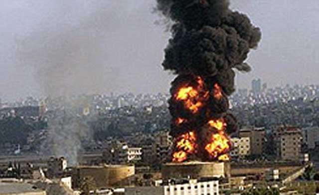 صحنه ای از یکی از انفجارهای سه گانه پادگان ها در تهران. این صحنه از مسافتی بسیار دور عکس برداری شده و عظمت و بزرگی آن را نشان می دهد. به خوبی می توان درک کرد که از کار جابه جایی مهمات که فاحشه درگاه ولایت رمضان شریفی  گفته است بسی بزرگتر و سهمگین تر است.