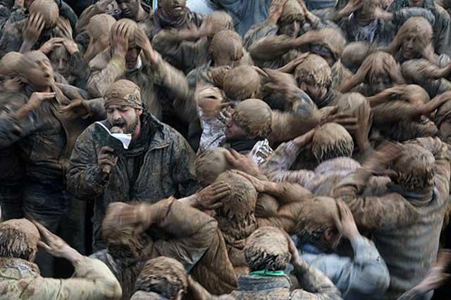 آن دسته از کسانی که همانند این دیوانگانی که در تصویر می بینید فکر می کنند و در ایران زندگی می کنند و نام ایرانی را یدک می کشند ولی دنباله رو اعراب و اسلام و آخوند هستند و محمد بچه باز را بالاتر و برتر از کوروش بزرگ می شمارند، باید یک بلیط یک طرفه به عربستان گرفته و سرزمین پدری ایرانیان را ترک کنند و در صحراهای حجاز مشغول شکار مارمولک شوند.