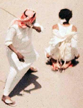 در فرتور گردن زدن یک زن بینوا را توسط یک تازی خونخوار می بینید، ایرانیان نیز اسلام را در چنین شرایطی پذیرفتند، آن ها باید میان مرگ و مسلمان شدن و مورد تجاوز و غارت قرار گرفتن یکی را انتخاب می کردند، تاریخ گواه روشنی بر این فاجعه دردناک است.
