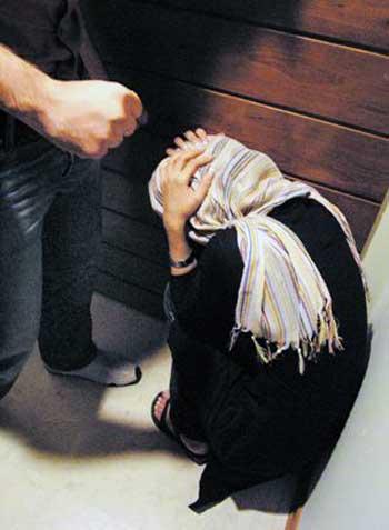 کتک زدن زنان و کودکان از پست ترین اعمال غیر انسانی است که متاسفانه در جامعه اسلام زده ما زیاد رخ می دهد. زنان فرشتگانی هستند که همواره حقوق انسانی شان زیر پای مردان له شده است. باید به خشونت علیه زنان پایان داد.