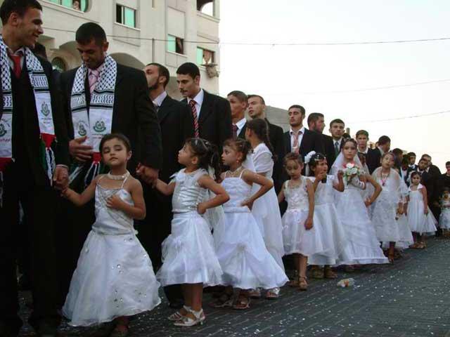 فرتور مراسم ازدواج ۴۵۰ عروسک شش تا نه ساله را با مردانی مسلمان و دیوانه و شهوت پرست نشان می دهد. این رخداد غم انگیز و ضد انسانی در لبنان به وقوع پیوست. اگر این عمل زشت کودک آزاری نیست، پس چه می تواند باشد؟