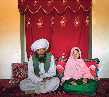 فرتور یکی از مسلمانان خردباخته را در کنار دختر بچه ای که به عنوان برده جنسی خریده است نشان می دهد، باید گفت ننگ و نفرین بر چنین آیین و مسلک ضد انسانی و پلیدی