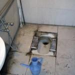 این هم یک توالت به اصطلاح مدرن اسلامی است. از بهداشتی بودن، دور و کنار توالت و کاشی کاری آنست. ولی در حقیقت از بوی کثافت و گیر بهداشتی آن چیزی کم نشده. تنها یک آفتابه به بهداشت آن افزوده شده که این روش اسلامی بسیار غیر بهداشتی است.