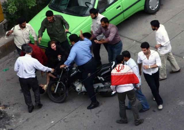 این یکی از نمونه های سرکوبی سال ۲۰۰۹ رژیم در یک نقطه از تهران را نشان می دهد. در دیگر نقاط و شهرهای دیگر نظیر آن فراوان بوده است.
