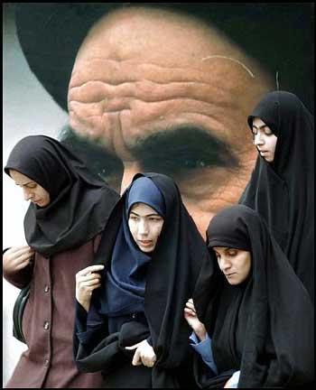 این فرتور دختران دانشجو ی اسلام زده را نشان می دهد که با افتخار در کنار تابلو خمینی ایستاده اند. رژیم اسلامی دانشجو نمی خواهد بلکه به دنبال طلبه هایی است که عنوان دانشجو را به یدک می کشند.