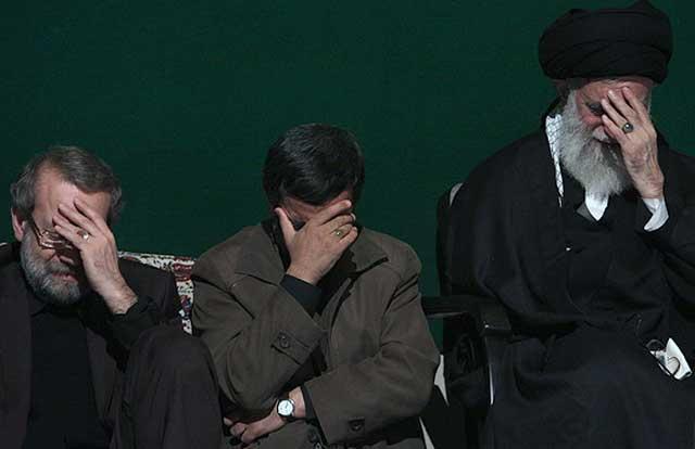 احمدی نژاد، با رقیب خود لاریجانی و خامنه ای در این تصویر دیده می شوند. خامنه ای در انتظار پایان مبارزه این دو چهره نا زیبای ایرانند و آنگاه او بتواند با تکیه به نیروی قوی تر، رژیم لرزان خود را نجات بخشد.