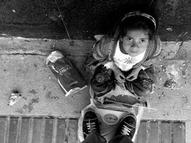 آیا انسانیت و وجدان آدمی می تواند این کودک بیگناه ایرانی را در کنار ترازویش ببیند و چشمش به چشمان مظلوم و پر از حسرت این کودک بیافتد و در مقابل دزدی های کلانی که چه توسط ایرانی نماهایی که مسئول کشورند و چه به دست اعراب شکم گنده حاشیه خلیج فارس صورت می گیرد، سکوت کند؟