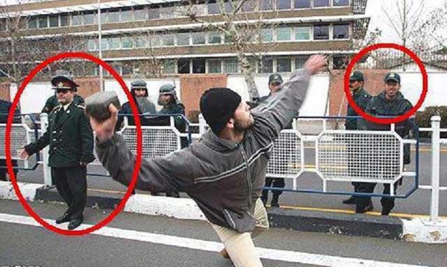 یک بسیجی متجاوز و بی فرهنگ سنگ بزرگی را به سوی ساختمان سفارت پرتاب می کند، پلیس و دو سپاهی در لباس ارتشی آن را می بینند و لبخند می زنند.