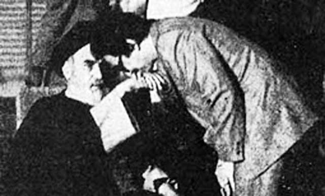 فرتور ابولحسن خان بنی صدر را در حال بوسیدن دست پدر معنوی اش، خمینی جنایتکار نشان می دهد. ایشان تا به امروز کوچکترین عذرخواهی و اظهار ندامتی به پیشگاه ملت بزرگ ایران تقدیم نکرده اند و همواره سفسطه می کنند و می گویند که خمینی مرا گول زد.!!