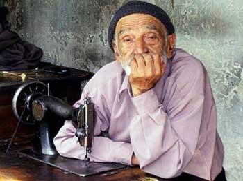 پدر پیر زحمتکش ایرانی که هیچگاه از بازنشستگی و لذت زندگی چیزی حس نکرده است و تا نفس می کشد باید کار کند تا خرج خانواده اش را بدهد، هر انسانی که یک جو شرف و مروت در ذاتش باشد با دیدن این فرتور غصه سراسر روحش را فرا میگیرد.