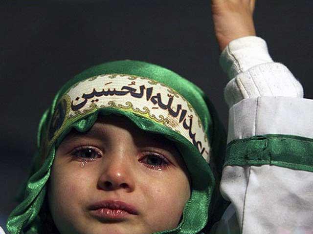 فرتور نشان دهنده یک جنایت و کودک آزاری است.! این مسلمانان و شیعیان بروند اینقدر گریه کنند تا جملگی کور شوند، برای کسی پشیزی ارزش ندارد، اما گناه این نوزاد چیست؟ اصلن این نوزاد می داند و یا می فهمد که علی اصغر کیست؟ چرا نوزاد را وادار به اشک ریختن برای عربی می کنید که وی حتی او را نمی شناسد!
