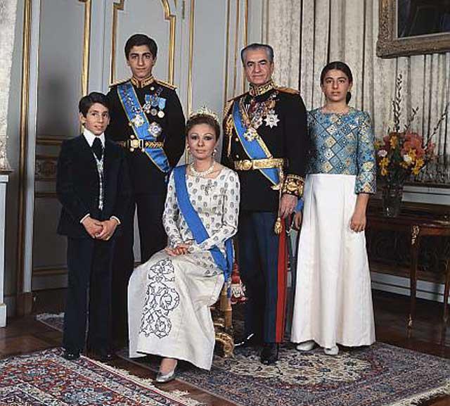 این فرتوری است از شاهزاده علیرضا در کنار مادر، پدر، خواهر و برادر خود.