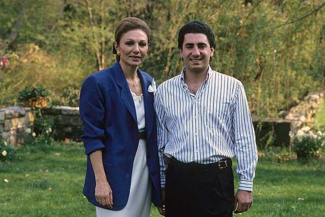 شاهزاده علیرضا در کنار مادر خود شهبانو فرح.