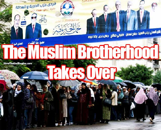 این یک صف رأی گیری در انتخابات چندماه پیش پارلمان مصر است. گروه کشتارگر اخوان المسلمین، همه جا را قبضه کردند، و مردم خردباخته و اسلام زده نیز بدانان رأی دادند. البته سرانجام سال ها دیکتاتوری در آن کشور،  بدون آن که تلاشی در روشنگری مردم باشد، پیامدی غیر از این هم نمی توانست باشد.