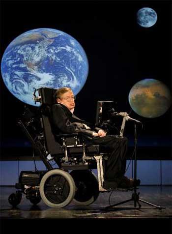فرتور فیزیکدان و دانشمند نامی دنیا استفان هاوکینگ را نشان میدهد. ایشان یکی از مشهورترین خداناباوران دنیا هستند و گفته اند که بهشت و جهنم وجود ندارد و این داستان ها تنها برای کسانی است که از تاریکی بعد از مرگ می ترسند. بنجامین دیزرائیلی می گوید: آنجا که علم پایان می یابد، مذهب آغاز میگردد.