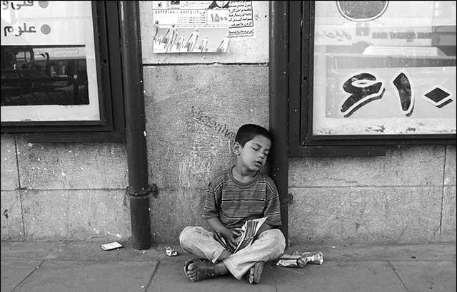 فرتور کودکی را که در حال کار کردن، از فرط خستگی به خواب رفته است نشان می دهد، تعداد این کودکان بیشمار است و هر روز نیز صدها تن بدان ها اضافه می شوند، فقر و نداری بسیاری از خانواده های فقیر را وادار به فروختن کودکان می کند. این نوعی برده داری اسلامی است. اینجا مملکت امام زمان است.!
