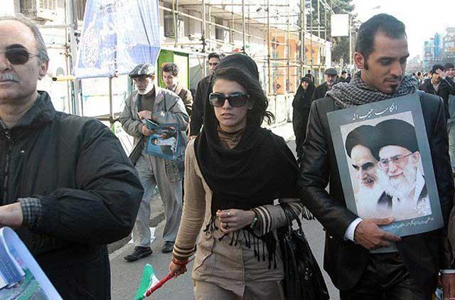 این خانم با لباس و مد امروزی یکی از  اهالی شمال تهران و بی تردید از ثروتمندان است. حال چرا از رژیم اسلامی و ۲۲ بهمن طرفداری می کند، جای پرسش است؟. یقیناً منافع سرشاری برای این خانم در بردارد. وقتی نفع رژیم در میان باشد، حجاب و اسلام و هرچیز دیگر به معنا و بی مورد است. حتی اگر این خانم لخت به خیابان می آمد و فرتور خامنه ای جنایتکار را در دست داشت، مورد اعتراض قرار نمی گرفت.