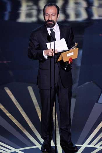 فرتور اصغر فرهادی را پس از دریافت جایزه اسکار و در حال سخنرانی نشان می دهد. فرهادی و دست اندرکاران فیلم جدایی نادر از سیمین، شادی را به خانه ایرانیان آوردند و دل مردم را شاد ساختند.