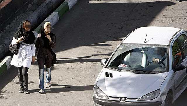 فرتور یک فاجعه اجتماعی که همه روزه ده ها هزار بار و به زشت ترین و بد ترین شکل های ممکن صورت میگیرد را نشان می دهد. به راستی چرا زنان ایرانی از کمترین حقوق اجتماعی برخوردار نیستند؟ چرا همواره یک مشت انسان نمای بی فرهنگ باید به خود اجازه دهند تا برای بانوان ایرانی به خاطر نوع لباس و طرز پوشش ایشان و یا چهره زیبای شان مزاحمت ایجاد کرده و لحظه ها را به کام زنان ایرانی تلخ تر از زهر نمایند؟
