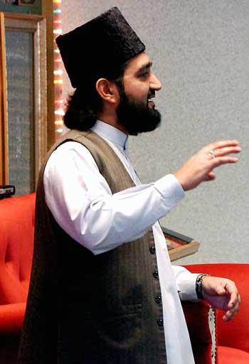 فرتور چهره مسلمان واقعی محمد حنیف خان را نشان می دهد، این جانور بچه باز سمبل اسلام واقعی است و دنباله رو قوانین شریعه اسلام می باشد. پیش از اینکه ایران زمین نیز به میعادگاه چنین جنایاتکارانی تبدیل شود، باید اسلام را از سطح جامعه زدود.