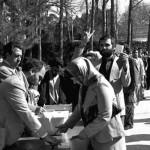 فرتور محل اخذ رأی را در ۱۲ فروردین ۱۳۵۸ نشان می دهد. گویی در آن روزها ایرانیان عقل خود را به طور کامل از دست داده و توانایی اندیشیدن نداشتند و همه شان با شور و شوق به حکومت اسلامی و قوانین ضد انسانی آن و خمینی جنایتکار رأی دادند.