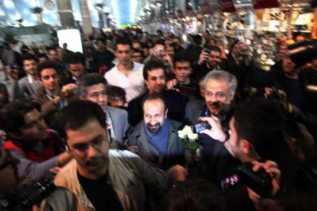 فرتور اصغر فرهادی را پس از رسیدن به تهران نشان می دهد. استقبال بی نظیر خودجوش مردمی از وی به قدری زیاد بود که وی را مجبور به ترک سریع فرودگاه کرد. اصغر فرهادی دیشب در سکوت کامل خبری به ایران آمد ولی مردم ایران به استقبال وی رفتند.