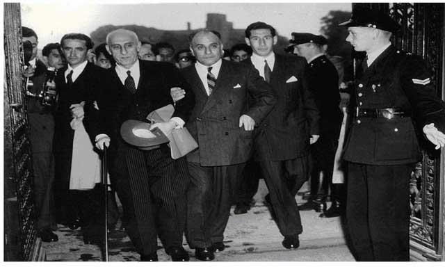 فرتور دکتر مصدق را در هنگام رفتن به دادگاه لاهه نشان می دهد. دادگاه دولت انگلستان را محکوم کرد و دکتر مصدق پیروز گشت و صنعت نفت ایران زمین ملی شد.