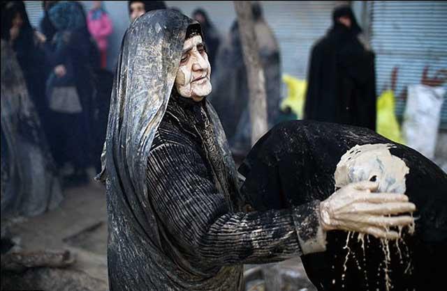 فرتور تراژدی امروز ایران مان را نشان می دهد. ایرانیان با دستان خود خاک بر سر خودشان می ریزند و شخصیت و ماهیت و تمدن خویش را تا پست ترین حد ممکن پایین آورده و خود را برده های تازیان و بیگانگان می دانند. این فرهنگ ارتجاعی ایران امروز است که موجبات حکومتی این چنین ضد انسانی را فراهم آورده است.