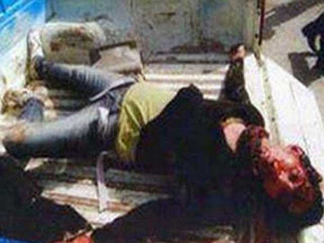 فرتور جوان دیگر عراقی را نشان می دهد که به دلیل شلوار آمریکایی اش، توسط مسلمانان ربوده شده و مورد سنگسار قرار گرفته است. به راستی اینگونه جنایات را که مسلمانان همه روزه مشغول به تکرار آن ها هستند، چگونه باید متوقف ساخت؟