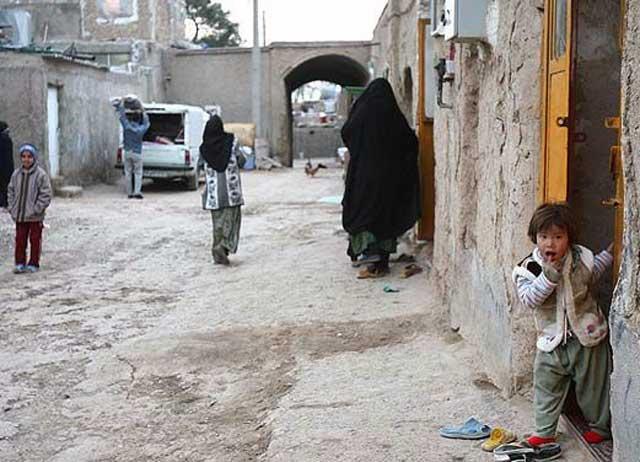 به راستی فقر و درماندگی و بد بختی، بخش های جدا نشدنی از یک جامعه اسلامی هستند. به هر جامعه اسلامی که بنگریم، محله ها و مکان هایی چون خیابان در فرتور بسیار بسیار بیشتر هستند از کوچه ها و خیابان های مدرن و یا حتی معمولی. آیا نباید دلیل را در فقر گستری اسلام جستجو کرد؟