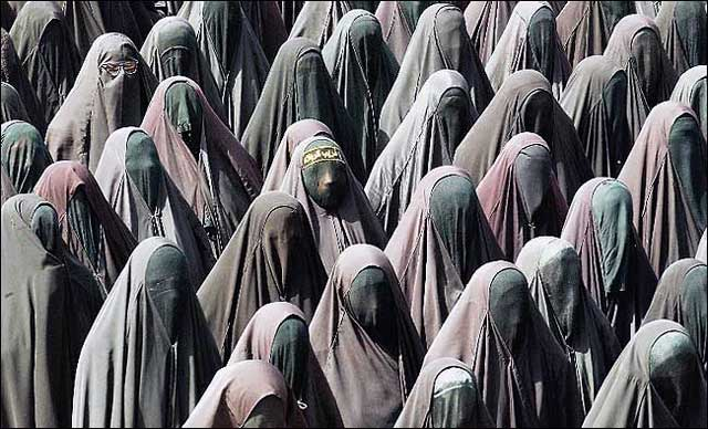 فرتور دسته ای از زنان مسلمان را نشان می دهد. ایشان در زمستان و تابستان، در گرما و سرما، همین چادر-چاقچور های زشت را بر تن دارند. به راستی آیا کمترین رابطه و شباهتی میان ایشان با انسان های قرن ۲۱ وجود دارد؟ آیا این زنان سمبل عقب افتادگی و بی خردی و همچنین مثال بارزی برای نشان دادن زن ستیزی اسلامی نیستد؟