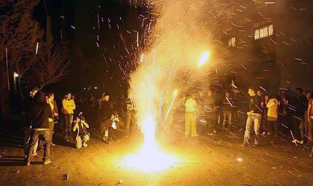 ملت ایرانی شب گذشته، در برگزاری جشن چهارشنبه سوری سنگ تمام گذاشتند. زنان و مردان ایرانی با رقص و شادی و پایکوبی پاسخ خویش را به فتوای سخیف مکارم شیرازی دادند. روحانیت در پیشگاه اکثریت ایرانیان از جایگاه پستی برخوردار است.
