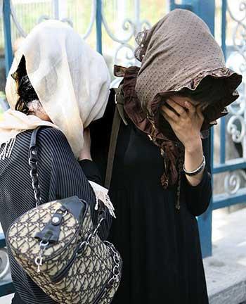 این دختران ایران زمین، به خاطر اذیت و آزارهای مأمورین نیروی انتظامی در حال گریه هستند، باید پرسید مگر نه اینکه وظیفه پلیس برقراری امنیت و آسایش برای شهروندان است، حال آیا پلیس ایران با وجود این همه دزد و قاچاقچی و آخوندی که در جامعه پرسه می زنند، کاری مهم تر از ایجاد مزاحمت کردن برای بانوان بابت لباس پوشیدن شان ندارد؟