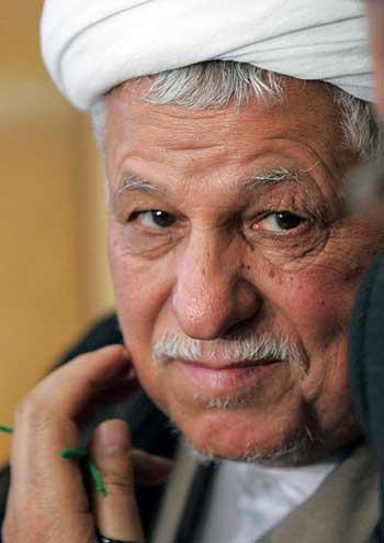 فرتور چهره ملای دزد و حیله گر، رفسنجانی را نشان می دهد. رفسنجانی که خود از پایه گذاران این رژیم منحوس است و در شکل گرفتن این حکومت اسلامی، نقشی به مراتب پر رنگ تر از خامنه ای داشته است، امروزه به دلیل گرایشات اصلاح طلبانه اش، مورد نفرت حزب الله و شخص خامنه ای قرار دارد.