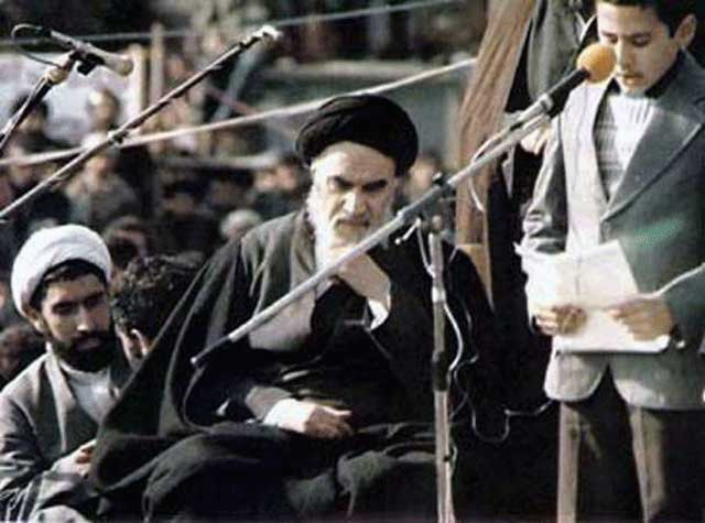 فرتور خمینی را در بهشت زهرا نشان می دهد. انقلابی که در قبرستان پایه ریزی شود، مردمانش را هم دسته دسته راهی قبرستان خواهد نمود. رژیم مرتجع اسلامی با علم و دانش غریبه است و همواره مهملات دینی را به خورد مردمان داده است. امروزه ایران در هیچ زمینه به جز ترور و وحشت و کشتار، چیزی برای ارائه به جهانیان ندارد. اینها همه از برکات انقلاب اسلامی است.