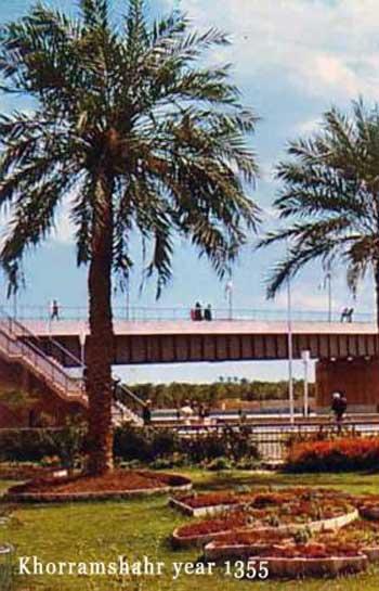 فرتور گوشه از از خرمشهر را پیش از جنگ ایران و عراق و در سال ۱۳۳۵ نشان می دهد. امروز با وجود گذشت بیش از دو دهه از اتمام جنگ ایران و عراق، نه تنها خرمشهر زیبایی پنجاه سال پیش خود را به دست نیاورده بلکه هنوز آثار جنگ و تخریب در آن به چشم می خورد.