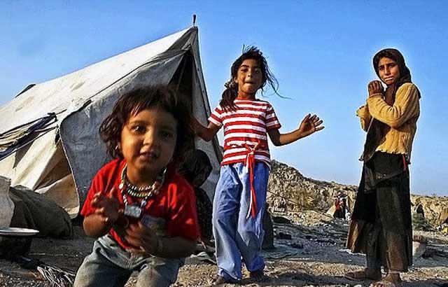 این کودکان بینوا هم میهنان مان در بندر عباس هستند، این بچه های نازنین ایرانی نه تنها خانه ندارند بلکه در قرن بیست و یکم هنوز به چادر نشینی مشغولند و آن اتاقک چادری که مشاهده می فرمایید خانه و کاشانه ایشان است، حال به راستی این کودکان و هزاران هزار کودک دیگر همچون این بینوایان، به آینده ای روشن و شغل و تحصیل نیازمندند و یا ده میلیون ملای قرآن خوان؟