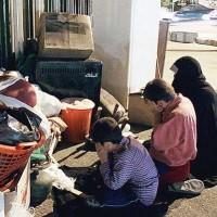 فرتور گوشه ای از فقر موجود در ایران زمین را نشان می دهد. قشر عظیمی از ملت ایران در فقر و گرفتاری و بد بختی غرق شده اند. جنگ بر این قشر رنجور و به فنا رفته چه تأثیری خواهد داشت؟ بیماری و قحطی و بی خانمانی را هم به مشکلات مردم ایران اضافه کنیم، دیگر امیدی برای زندگی باقی می ماند؟