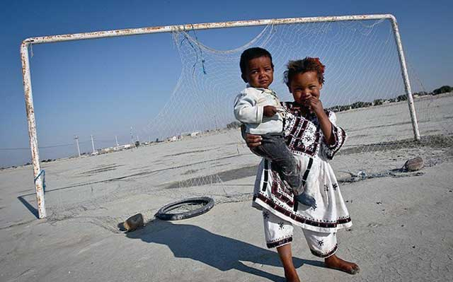 فرتور روستایی در سیستان و بلوچستان را نشان می دهد؛ فقر و بدبختی بخش هایی جدا ناشدنی از زندگی های اندوه بار مردم این روستاست. هزاران روستای محروم در ایران وجود دارد و دولت کمترین اقدامی برای بهتر کردن زندگی های مردمان ساکن آن روستاها نمی کند.