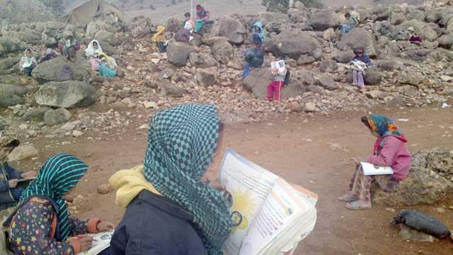 فرتور مدرسه ای در خوزستان را نشان می دهد که نیمکت دانش آموزان سنگ و کلوخ می باشد. هزاران مدرسه تاسف بار چون آنچه که در فرتور می بینید در ایران وجود دارد و حکومت اسلامی کوچکترین گامی برای رفع این مشکلات بر نمی دارد، دلیلش این است که رژیم خواستار نگاه داشتن روستاییان در عقب ماندگی است تا بتواند به آسانی از ایشان استفاده ابزاری نماید.