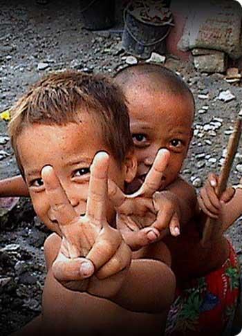 فرتور کودکان بینوای جهان سومی را نشان می دهد؛ میلیون ها کودک چون این درماندگان بد شانس، از کمترین بخت و اقبالی برای داشتن زندگی نرمال و انسانی و موفق و یا آینده ای درخشان و سودمند، محرومند. ایشان محروم و فلک زده به دنیا آمده اند و چاره ای جز تحمل و یا تلاش برای پیشرفت ندارند، راه حل چیست؟ شما چه فکر می کنید؟
