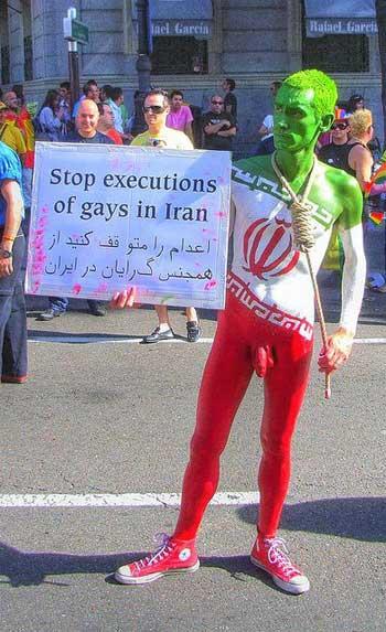 فرتور جوان خلاق ایرانی را در حال اعتراض و مخالفت با قوانین ارتجاعی و وحشیانه اسلامی رژیم ایران نشان می دهد؛ یکی از گروه هایی که تحت بدترین و سخت ترین شکنجه ها و آزار و اذیت های رژیم و البته اکثریت بی فرهنگ جامعه ایرانی می باشند، همجنسگرایان هستند.