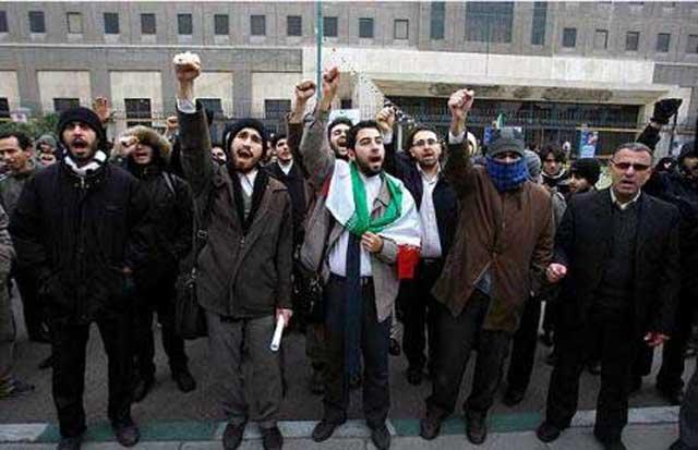 فرتور نیروهای بسیج را در حال تظاهرات در دفاع از مردم بحرین که زیر ستم حکومت آل سعود عربستان قرار دارند، نشان می دهد. از نظر بسیجیان و حزب اللهی های خردباخته و ضد ایرانی، کشتن مردم ایران و کتک زدن زنان و مردان معترض در خیابان ها ایرادی ندارد، اما این مردم بحرین هستند که زیر شکنجه اند و احتیاج به حمایت دارند.