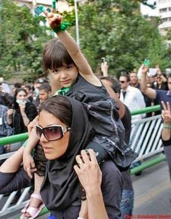 فرتور مادر ایرانی را در حالی که فرزندش را به دوش می کشد، در حال تظاهرات و مخالفت با رژیم نشان می دهد. اگر ایرانیان کمی شجاعت، اتحاد، همبستگی و حمایت خارجی داشتند، اکنون ملایان همه با هم در چاه جمکران پنهان شده بودند. شوم بختانه ایرانیان دست از تظاهرات و شورش کشیدند و به هر ستمی که رژیم بر ایشان روا داشت، عاجزانه تن دادند.