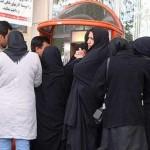 """فرتور شیوه """"صف ایستادن"""" به روش متمدانه ایرانی را نشان مان می دهد؛ به راستی چه باید کرد؟ خندید و یا خون گریست؟"""