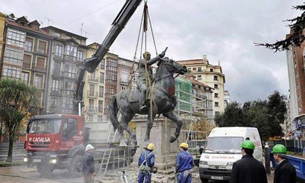 در سال ۲۰۰۸ مجسمه فرانکو سوار بر اسب را از میدان شهر بر می دارند. عاقبت و پایان کار هردیکتاتور در جهان همین است. تنها چیزی که از آنان می ماند، بدنامی، ناسزاگویی، و نفرین بدانان است. در آینده نه چندان دور، مردم ایران وتصویر و عکس هر آخوند، پاسدار، و بسیجی را پاره پاره کرده، بدرون توالت خواهند انداخت.