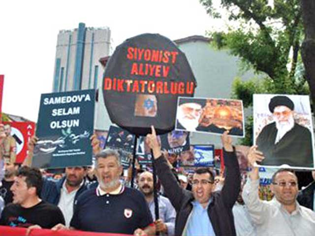 این مزدوران و فاشیست های رژیم اسلامی که در  استانبول  گردآوری شده، و علیه آذربایجان کشوری دیگر، عربده می کشند، چه کسانی هستند؟ و چه مردمی را نمایندگی می کنند؟. بی تردید بیشترین مردم ایران  از این رفتار و عملکرد وحشیانه نفرت دارند، و از آن رنج می برند. به راستی نفرین و شرم بر این رژیم جنایتکار ضد ایران و ایرانی.