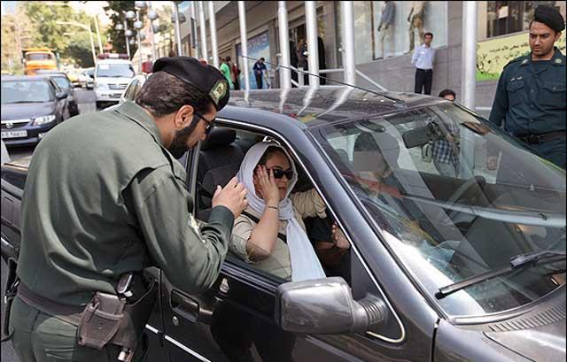 این هم از پلیس و نیروی انتظامی مملکت که به جای دستگیری دزدان و قاتلان و قاچاقچیان و تأمین امنیت شهروندان، مشغول بررسی حجاب بانوان ایرانی آن هم داخل ماشین شخصی شان است. دیروز فقط در خیابان ها با بی حجابی برخورد می کردند، امروز به داخل ماشین ها ی مان سرک می کشند، اگر اعتراضی نکنیم، باید منتظر باشیم که فردا، در هر خانه ای یک مأمور حجاب زنان و دختران مان را بررسی کند و اینگونه است که نیمی از حمعیت کشورمان یعنی بانوان ایرانی، از سطح جامعه حذف و در خانه های شان زندانی می شوند.